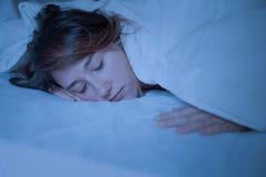 Женщина спать с закрытыми глазами вечером стоковая фотография rf