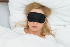 Женщина спать с маской сна Стоковое фото RF