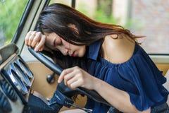 Женщина спит в винтажном автомобиле стоковые изображения