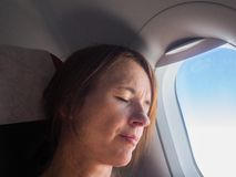 Женщина спит в воздушных судн Стоковые Изображения RF