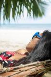 Женщина спит в гамаке Стоковое фото RF