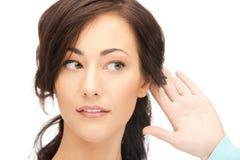 женщина сплетни слушая Стоковое фото RF