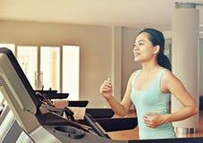 Женщина спорта бежать на третбане в спортзале Стоковое Изображение RF