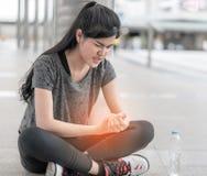 Женщина спорта имея ушиб на ее руке запястья стоковые изображения
