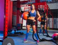 Женщина спортзала с утяжеленными шариком и веревочкой Стоковое Изображение