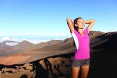 Женщина спортсмена бегуна ослабляя после бежать Стоковые Изображения