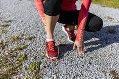Женщина спортсмена подготавливая для тренировки outdoors Стоковое Фото