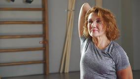 Женщина спорт делает ей руки в задней части замка позади, женщину йоги акции видеоматериалы