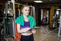 Женщина спорт молодая красивая инструктор, личный тренер в спортзале Тренер спорта школы молодой женщины Стоковые Фотографии RF