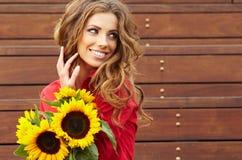 Женщина способа с солнцецветом Стоковое Изображение