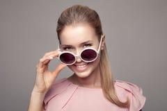 Женщина способа с солнечными очками Стоковое Изображение
