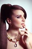Женщина способа с ювелирными изделиями Стоковые Фотографии RF