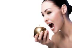 Женщина способная для того чтобы сдержать золотое яблоко изолированное на белизне стоковые изображения