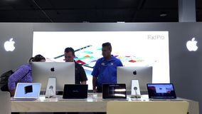 Женщина спрашивая вопросы о работника о iMac акции видеоматериалы