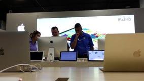Женщина спрашивая вопросы о работника о iMac видеоматериал