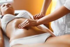 Женщина спы женщина воды спы здоровья ноги внимательности тела Masseur делая массаж на теле женщины в Стоковое Изображение
