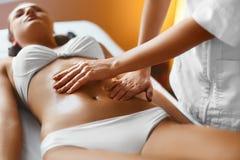 Женщина спы женщина воды спы здоровья ноги внимательности тела Masseur делая массаж на теле женщины в Стоковое фото RF