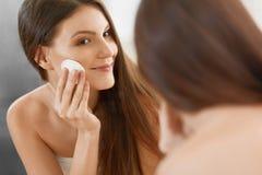 Женщина спы Красивая женщина очищая ее сторону Косметология и мамы стоковые фотографии rf