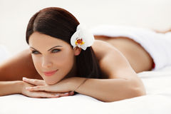Женщина спы. Красивая молодая женщина ослабляя после массажа. Соль спы Стоковая Фотография