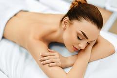 Женщина спы масло состава красотки ванны мылит обработку В медицинском салоне курорта женщина воды спы здоровья ноги внимательнос Стоковые Изображения