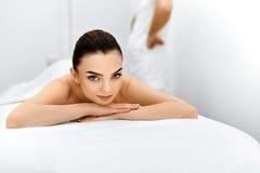 Женщина спы Процедура по массажа в салоне курорта красоты женщина воды спы здоровья ноги внимательности тела Стоковое фото RF