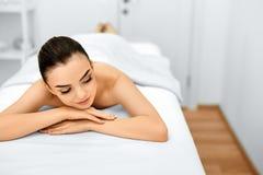 Женщина спы Процедура по массажа в салоне курорта красоты женщина воды спы здоровья ноги внимательности тела Стоковые Фотографии RF