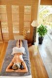 Женщина спы Процедура по массажа в салоне курорта красоты женщина воды спы здоровья ноги внимательности тела Стоковые Изображения RF