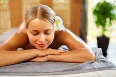 Женщина спы Процедура по массажа в салоне курорта красоты женщина воды спы здоровья ноги внимательности тела Стоковые Изображения