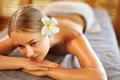 Женщина спы Процедура по массажа в салоне курорта красоты женщина воды спы здоровья ноги внимательности тела Стоковое Изображение
