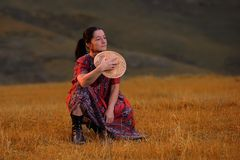 Женщина среди поля травы стоковая фотография rf