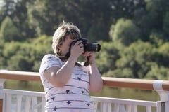 Женщина средних лет фотографирует в парке Стоковые Изображения