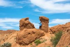 Женщина среди красивых скал сказки каньона, Kyr Стоковое Изображение RF