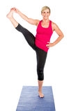 Женщина среднего возраста делая тренировки йоги Стоковое Изображение RF