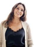 Женщина среднего возраста зрелого брюнет реальная хорошо одела представлять усмехаться изолированный на белой предпосылке, старея Стоковые Изображения RF