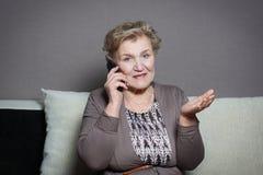 женщина старого телефона говоря Стоковые Изображения RF