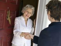 женщина старшия дружеского приветствия Стоковая Фотография