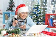 женщина старшия компьтер-книжки Стоковое фото RF