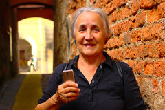 женщина старшия мобильного телефона стоковые фото