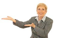 женщина старшия представления дела стоковое изображение rf