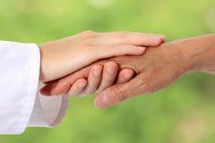 женщина старшия природы руки помогая Стоковая Фотография RF