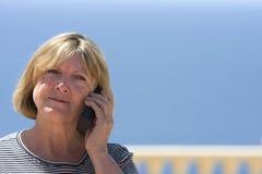 женщина старшия телефона стоковые изображения rf