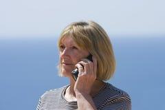 женщина старшия телефона стоковое фото