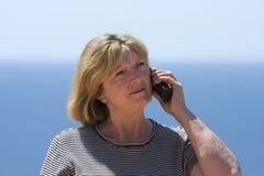 женщина старшия телефона стоковое фото rf
