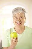женщина старшия удерживания яблока здоровая Стоковая Фотография