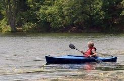 женщина старшия kayak Стоковые Фотографии RF