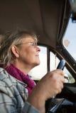 женщина старшия oldtimer автомобиля Стоковое фото RF