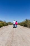 женщина старых старшиев предпосылки гуляя Стоковое Фото