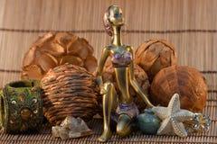 женщина статуэтки предпосылки индийская деревянная Стоковое фото RF