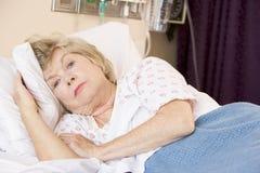женщина стационара кровати лежа старшая Стоковые Фото