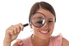 женщина стеклянного удерживания увеличивая стоковое изображение